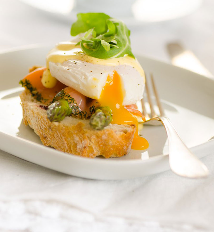 Poached egg with smoked salmon and asparagus